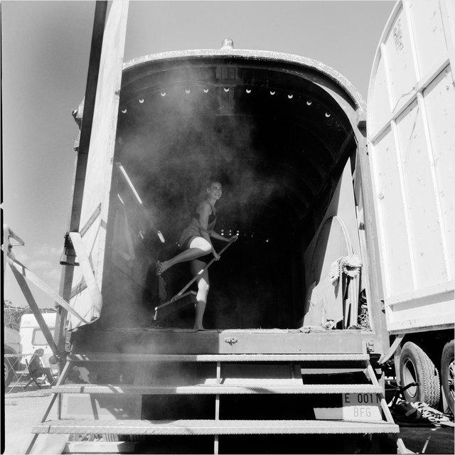 Limpiando la caravana que después servirá de camerinos.