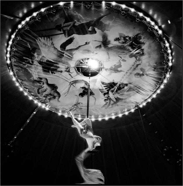 La artista Loreta ejecuta uno de sus números en el cielo del circo.