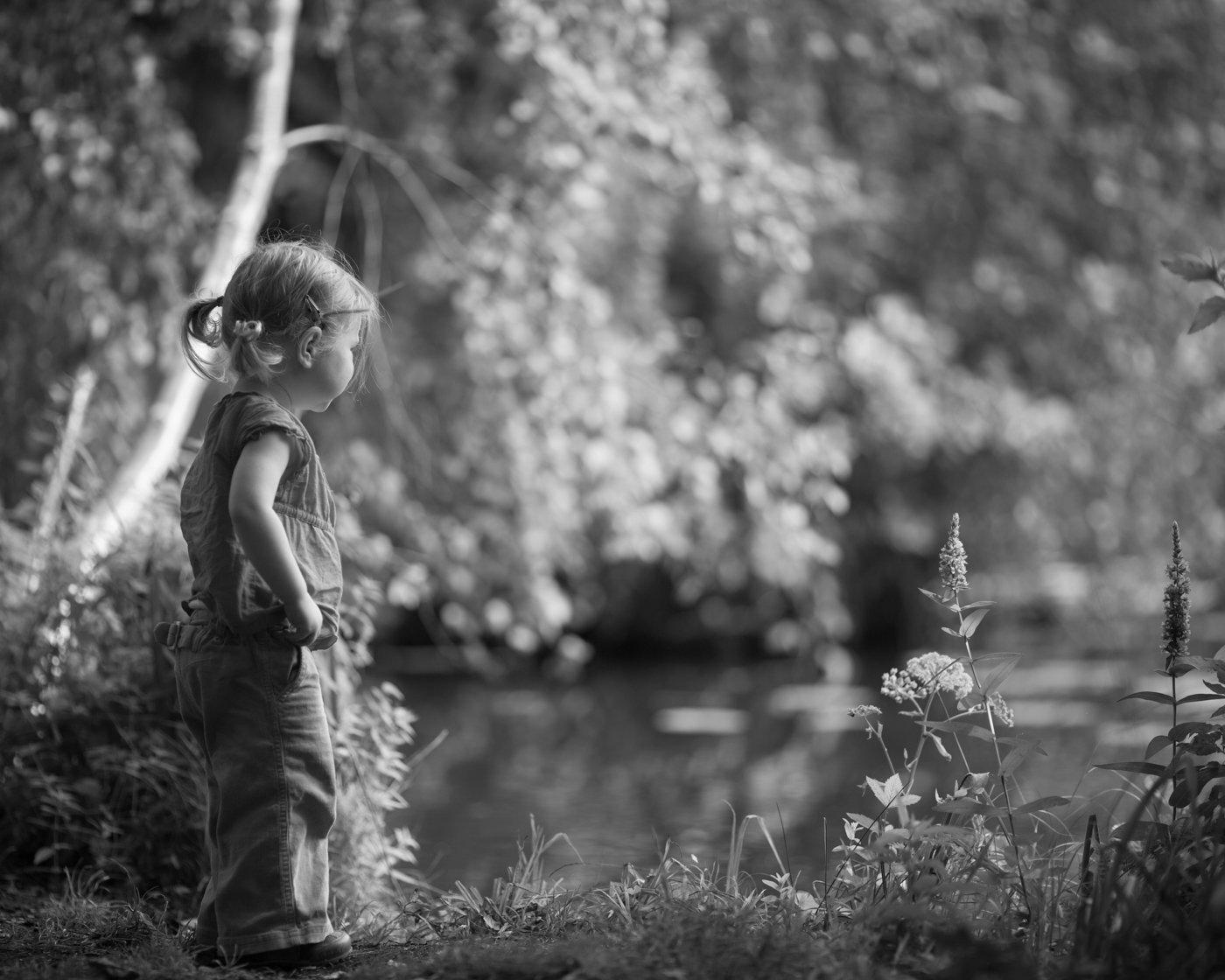Portretfoto jong kind bij meer