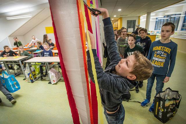 Leerlingen betreden hun lokaal in nieuwbouw ikc de Plaetse, Rijsbergen, 2017