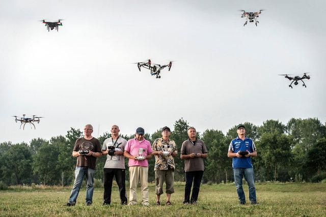 Modelvliegsport Oosterhout geeft demonstratie met drones, 2017