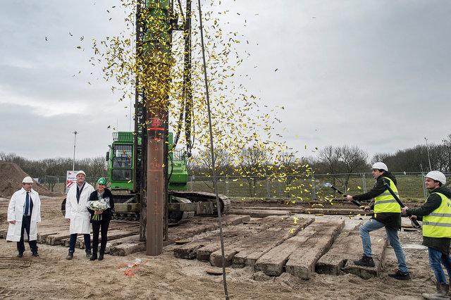Eerste paal nieuw kantoor bouwbedrijf Vrolijk, Moerdijk, 2019