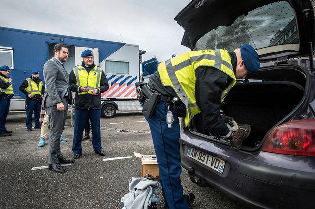 Klaas Dijkhoff bezoekt als staatssecretaris grensovergang Hazeldonk, 2105