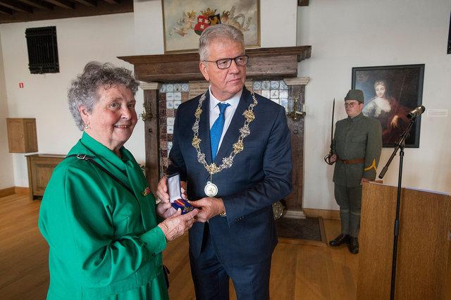 Burgemeester Frank Petter van Bergen op Zoom reikt mobilisatie oorlogskruis postuum uit, 2019