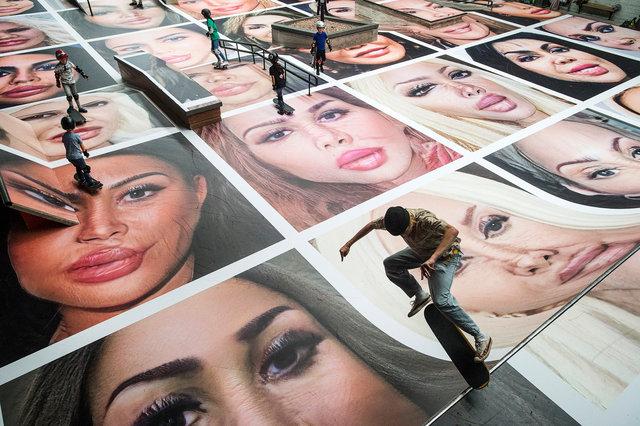 Werk van Erik Kessels 'Destroy my face' tijdens BredaPhoto, 2020