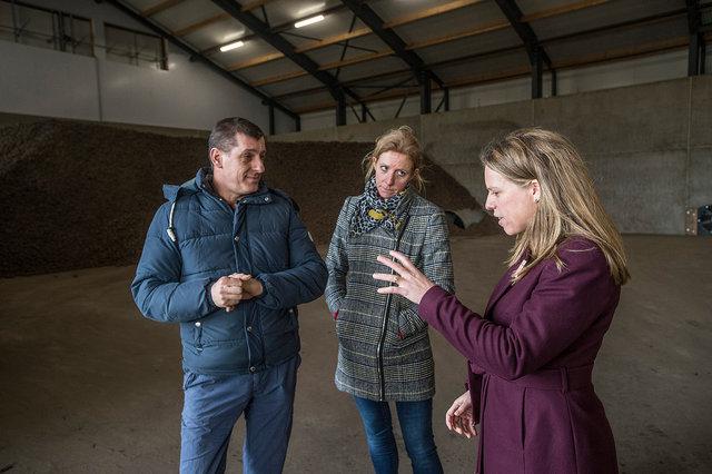 Minister Carola Schouten brengt werkbezoek aan agrarisch bedrijf van familie van Beek, Gilze, 2020