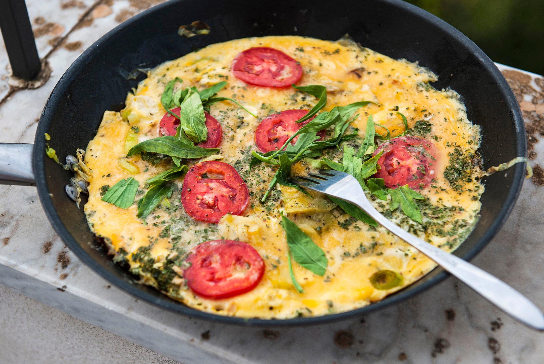 omelätt med tomater, rokola och permesan.JPG