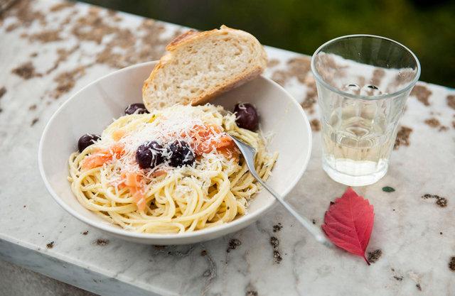 pasta de cecco med rökt lax permesan och svarta oliver.JPG