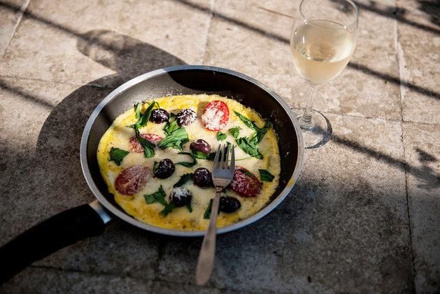 omelett med permesansvarta oliver och tomat.JPG