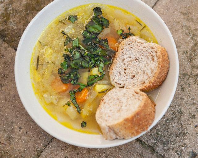 minestroni med morötter, potatis, porjolök och ruccola.JPG