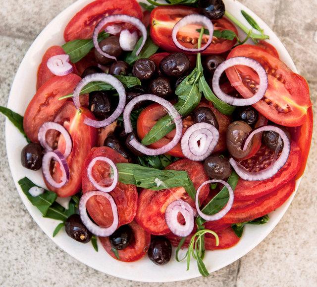 tomat sallad med oliver, rödlök och basilika.JPG