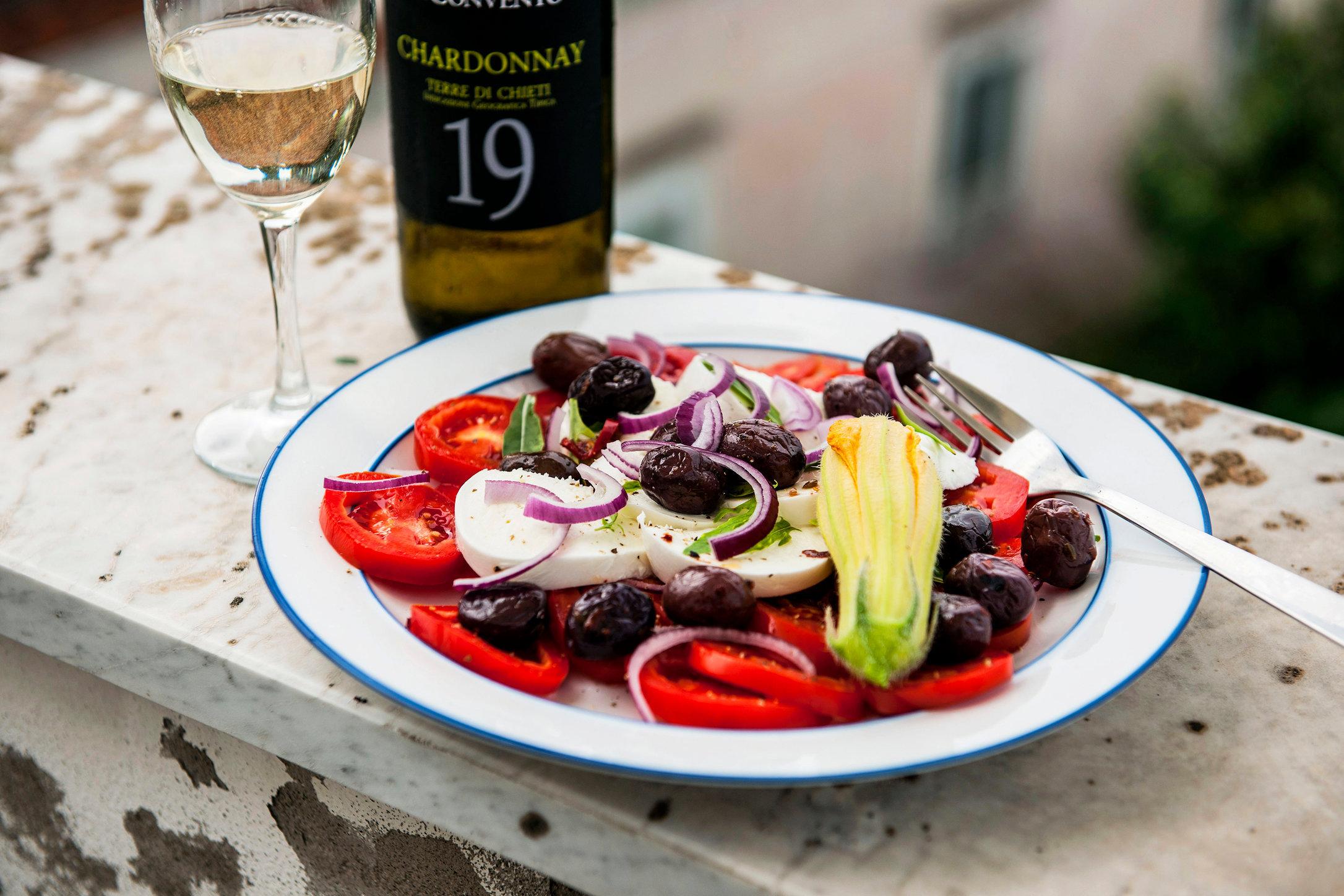 mozzarella med tomater oliver rödlök.JPG