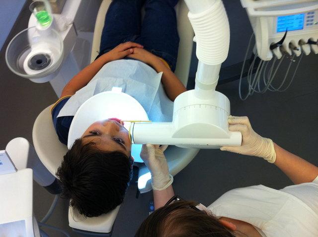 Zahn-Untersuch mit Röntgenbildern