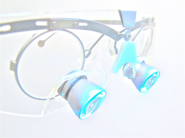 Vergrösserung und Präzision durch Lupenbrille ✓