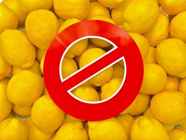 Zitronensaft ist sauer und schadet den Zähnen ...