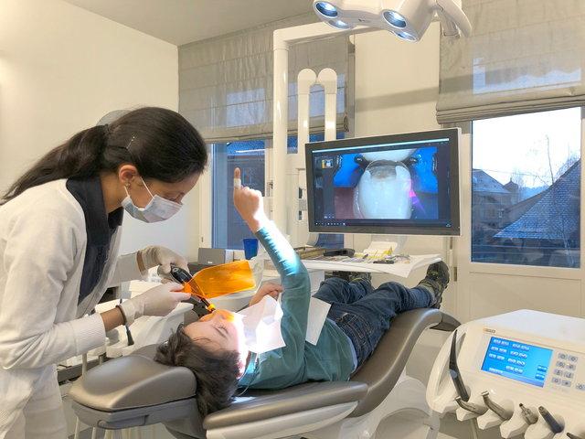 Fotos von Behandlungsschritten auf dem Monitor ✓