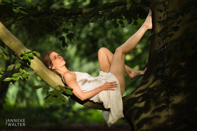 Fine art foto vrouw liggend in boom © Janneke Walter, fotograaf, Utrecht, De Bilt, fine art fotografie, naaktfotografie
