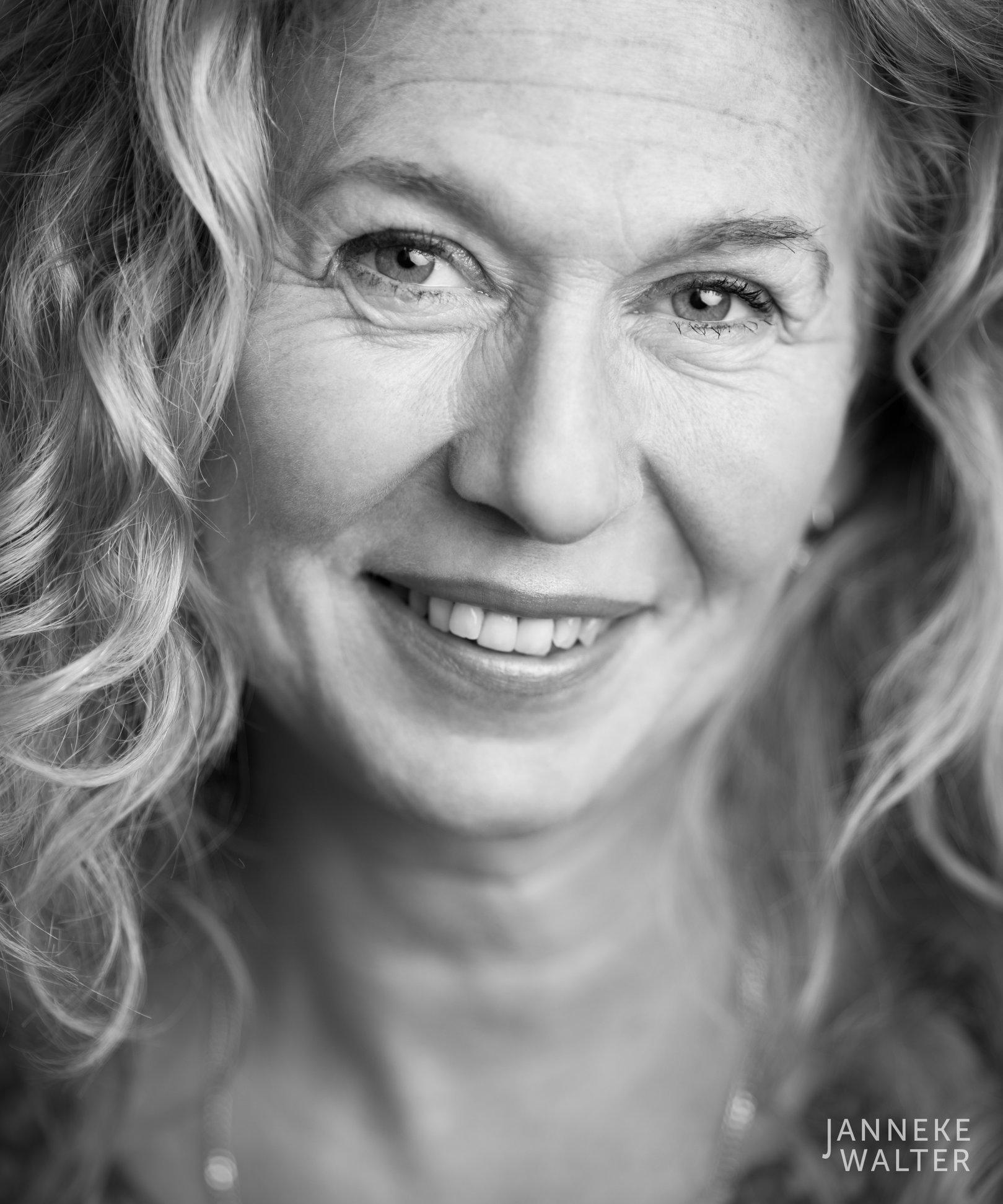 portretfoto vrouw krullend haar lachend © Janneke Walter, fotograaf Utrecht De Bilt, portretfotograaf, portret, portretfotografie
