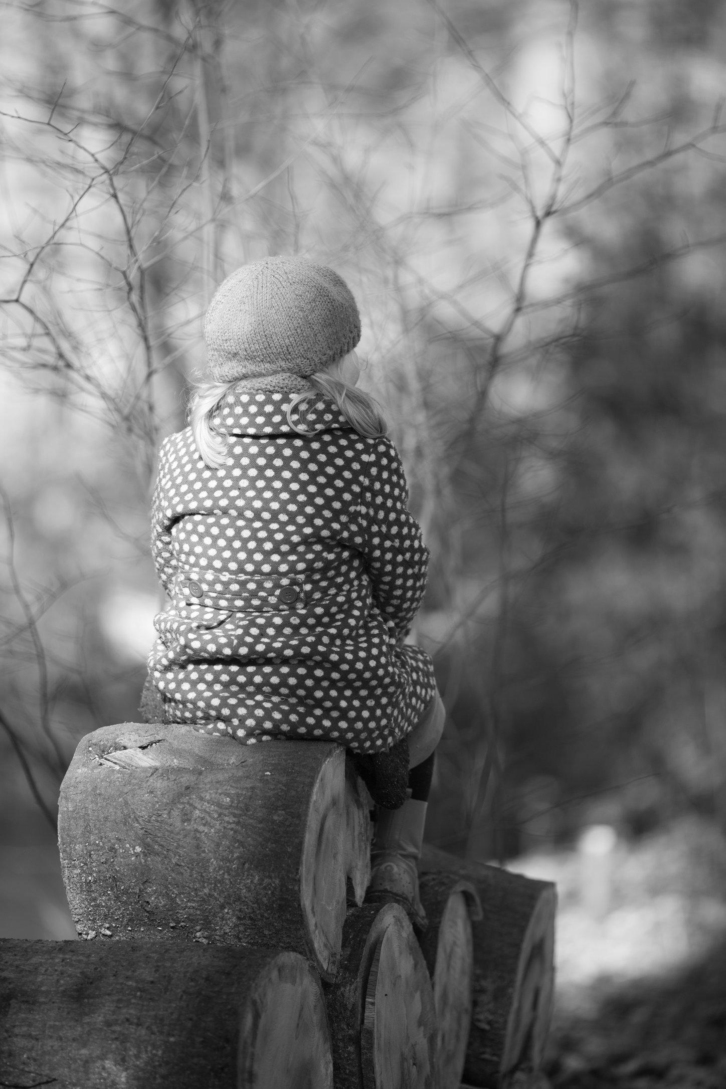 Portretfoto kind op boomstam