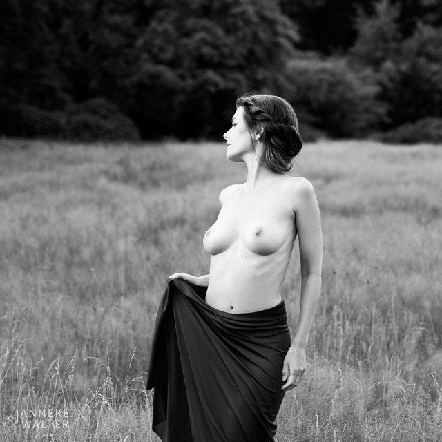 Fine art naakt foto vrouw in veld II © Janneke Walter, fotograaf, Utrecht, De Bilt, fine art fotografie, naaktfotografie