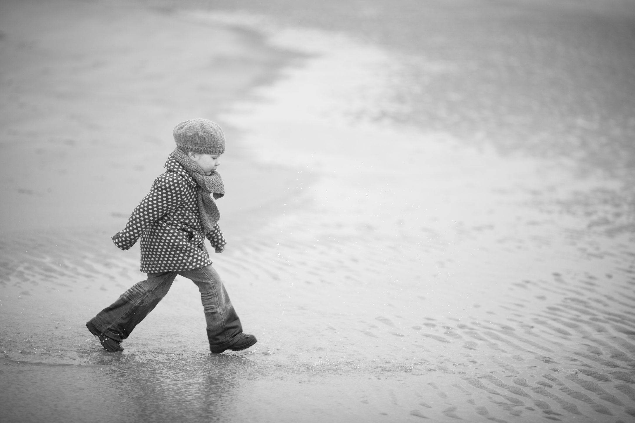 Portretfoto_kind_op_strand_in_de_winter_2.jpg