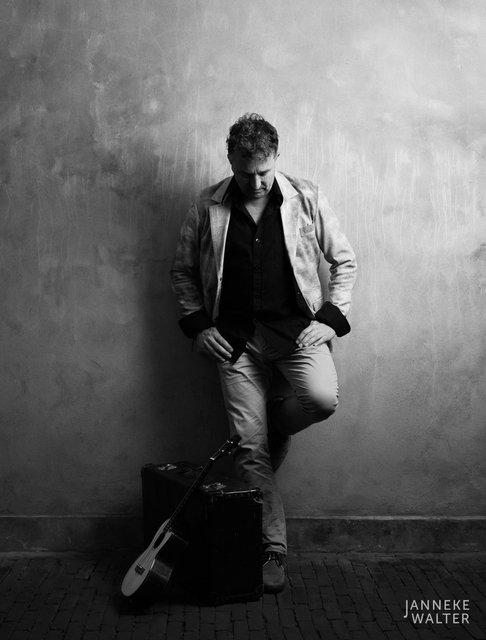 portretfoto muzikant leunend tegen een muur © Janneke Walter, fotograaf Utrecht De Bilt, portretfotograaf, portret, portretfotografie