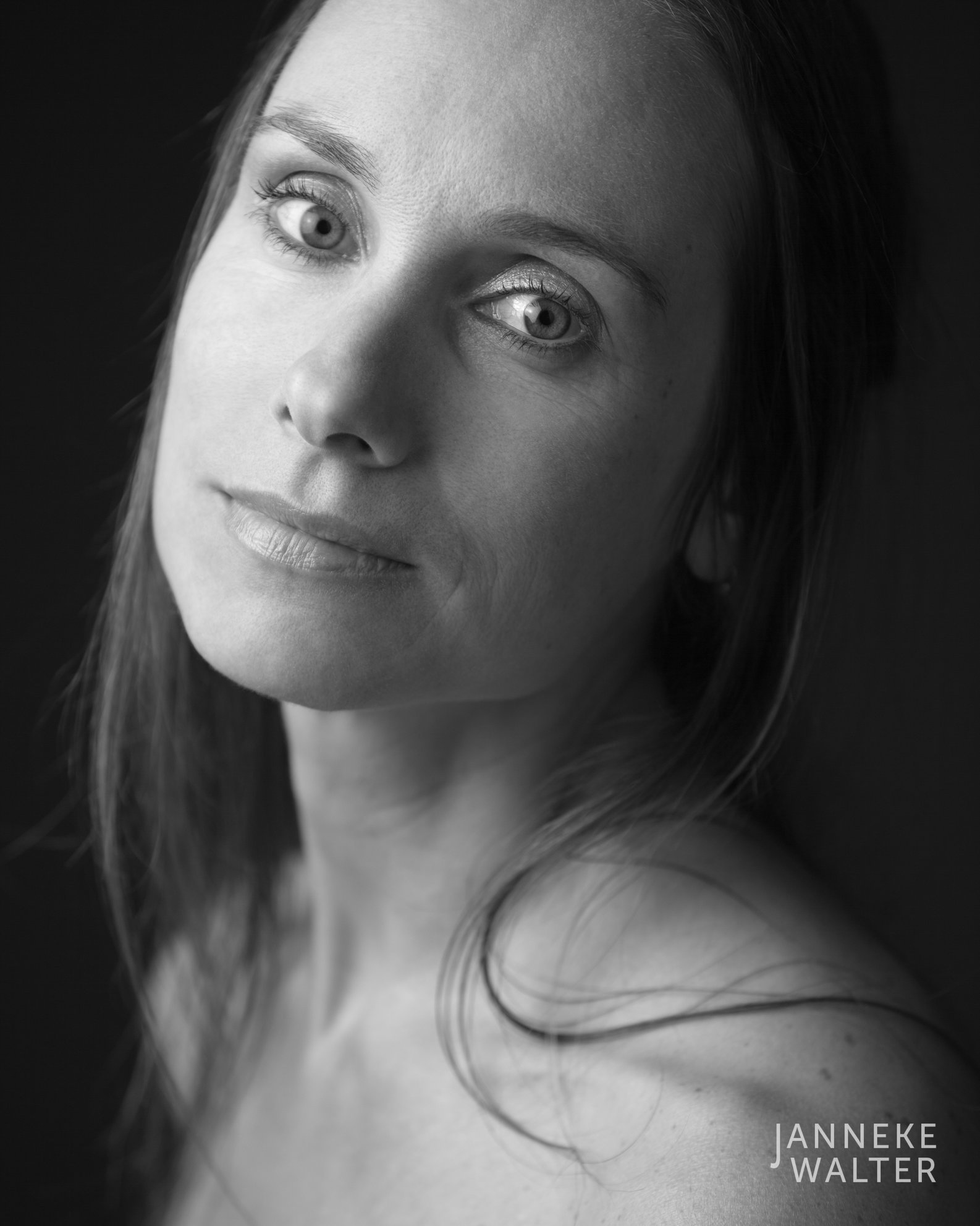 naaktfoto vrouw hoofd schuin © Janneke Walter, fotograaf Utrecht De Bilt, portretfotograaf, portret, portretfotografie