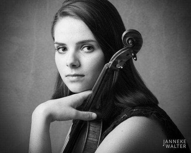 Fine art portretfoto van muzikant violiste violist Vera Beumer © Janneke Walter, fotograaf Utrecht De Bilt, fine art fotografie, portretfotograaf, portret, foto, portretfotografie