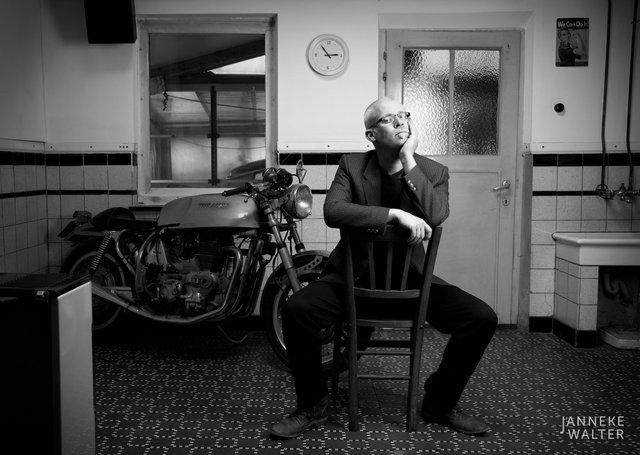 portretfoto man in keuken met motor © Janneke Walter, fotograaf Utrecht De Bilt, portretfotograaf, portret, portretfotografie