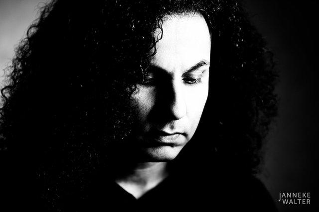 Fine art portretfoto man met zwarte krullen © Janneke Walter, fotograaf, Utrecht, De Bilt, fine art fotografie, portretfotograaf, portret, foto, portretfotografie