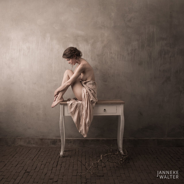 Fine art naaktfoto vrouw op dressoir I © Janneke Walter, fotograaf Utrecht, De Bilt, fine art fotografie, naaktfotografie