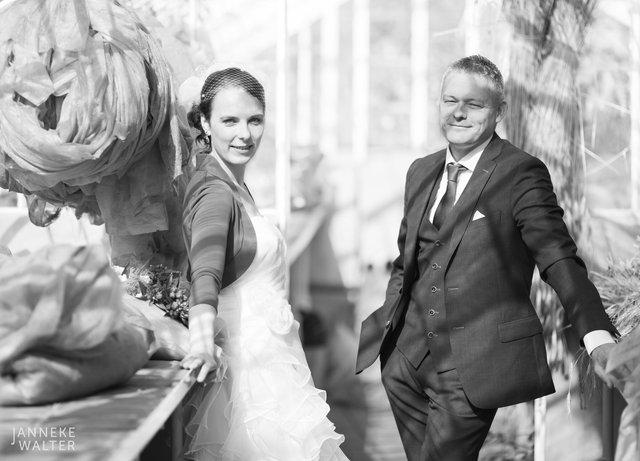 Portretfoto bruidspaar in kas in tuinerij © Janneke Walter, fotograaf Utrecht De Bilt, loveshoot, bruidsfotografie, trouwfotografie