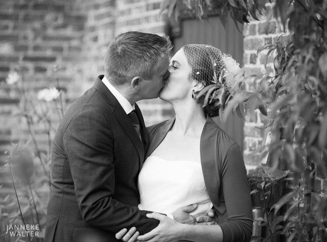 Portretfoto bruidspaar in tuinderij © Janneke Walter, fotograaf Utrecht De Bilt, loveshoot, bruidsfotografie, trouwfotografie