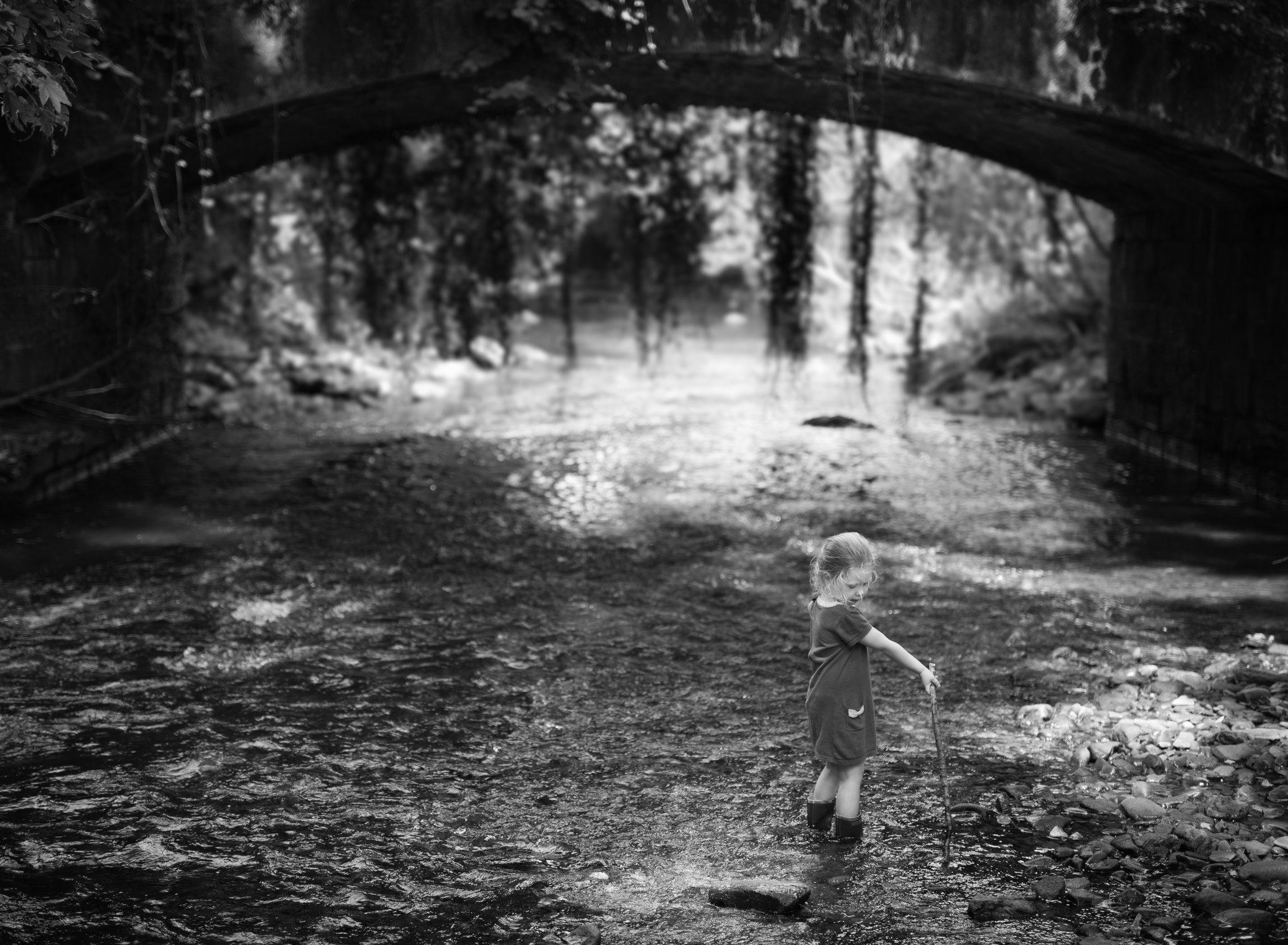 Portretfoto kind in rivier bij brug - © Janneke Walter, kinderfotograaf omgeving Utrecht