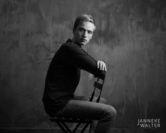 Fine art portretfoto jongen op stoel @ Janneke Walter, kinderfotograaf Utrecht De Bilt, kinderfotografie, kinderportret, fine art fotografie