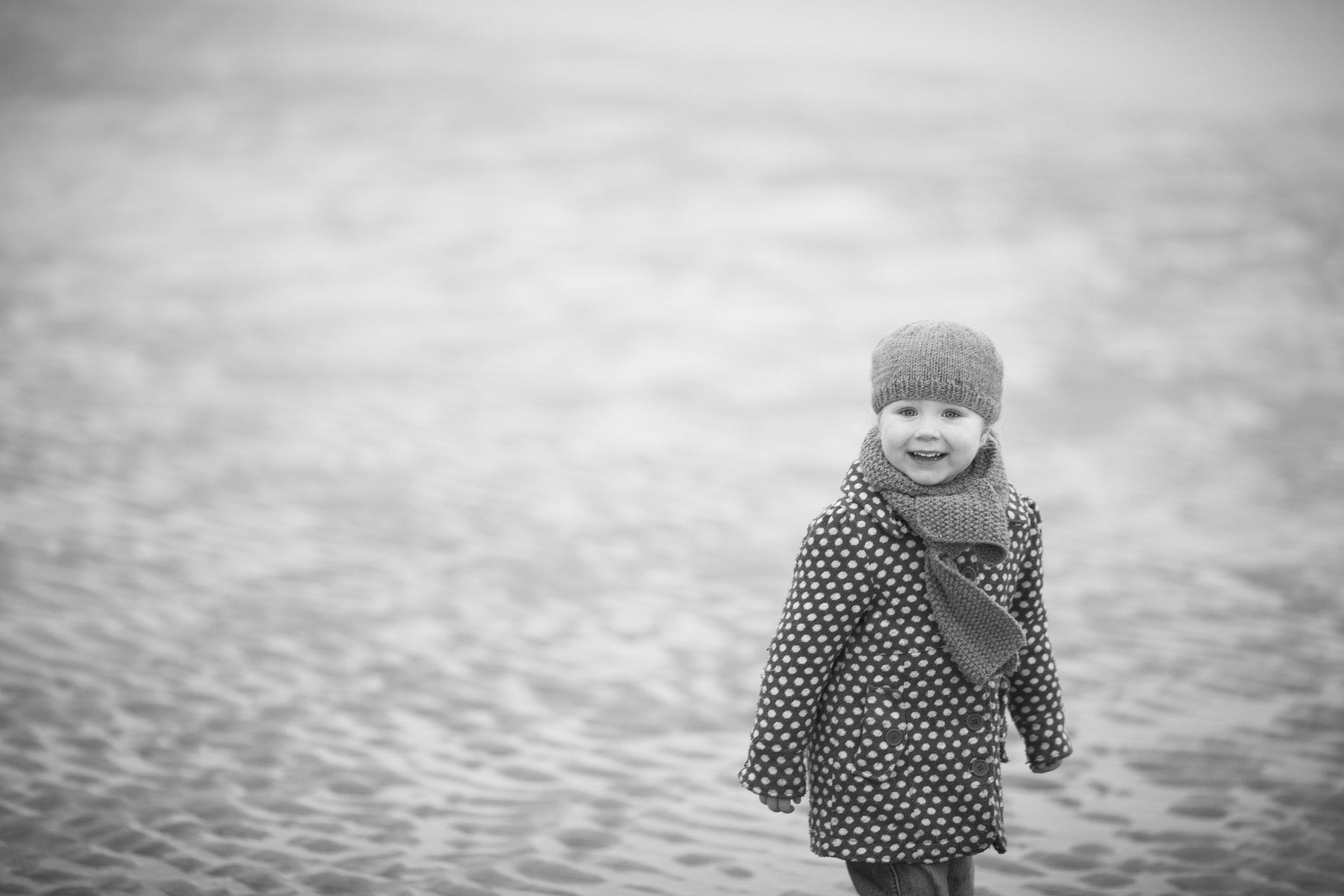 Portretfoto kind op strand in winter