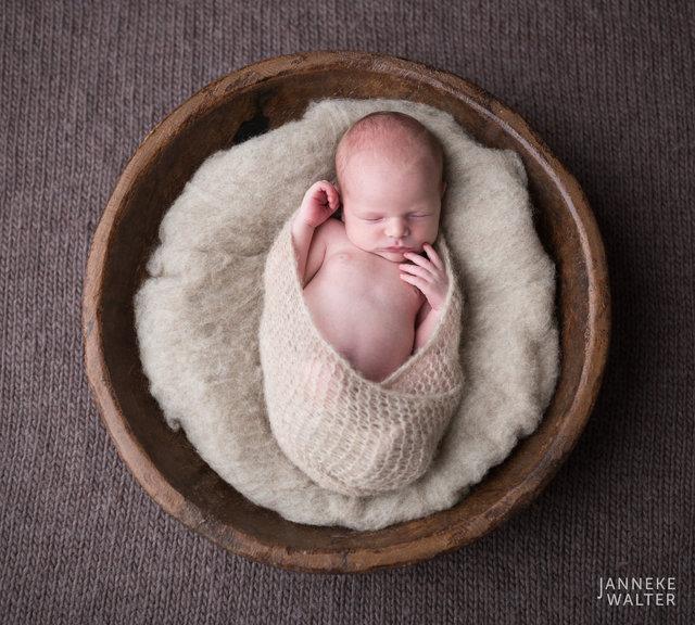 Foto_newborn_baby_houten_schaal_2_newbornfotograaf_Janneke_Walter_Utrecht_De_Bilt.jpg