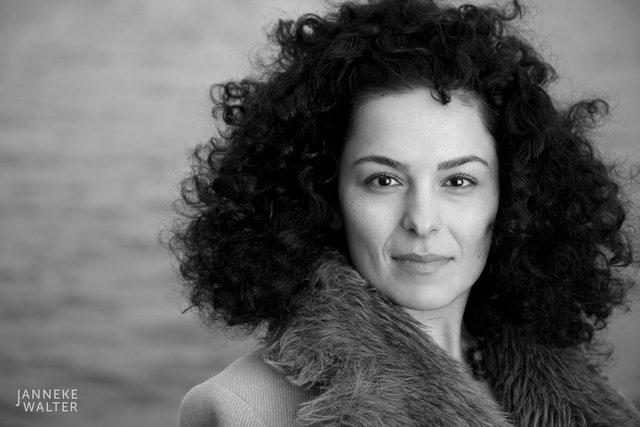 portretfoto vrouw bij meer © Janneke Walter, fotograaf Utrecht De Bilt, portretfotograaf, portret, portretfotografie