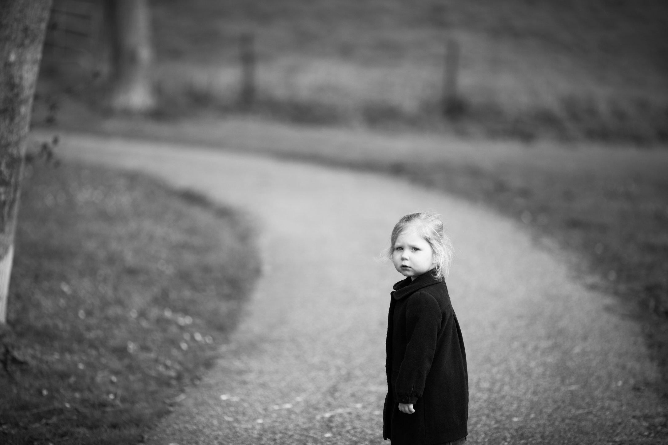 Portretfoto kind op landweg