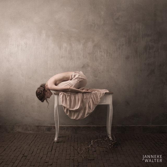 Fine art naaktfoto vrouw op dressoir III © Janneke Walter, fotograaf Utrecht, De Bilt, fine art fotografie, naaktfotografie