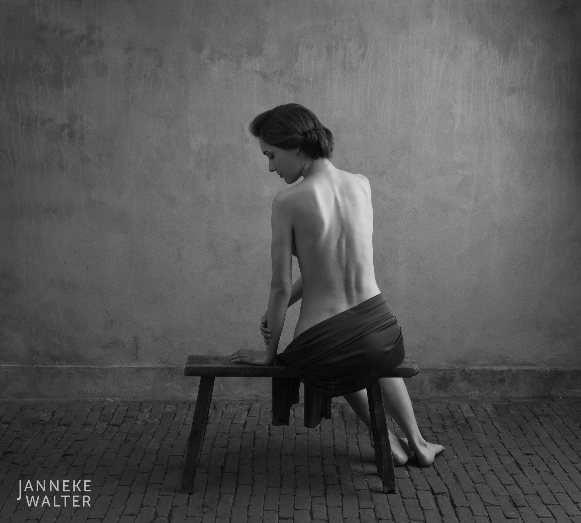 Fine art naakt foto vrouw met omslagdoek op bank © Janneke Walter, fotograaf Utrecht De Bilt, fine art fotografie, naaktfotografie