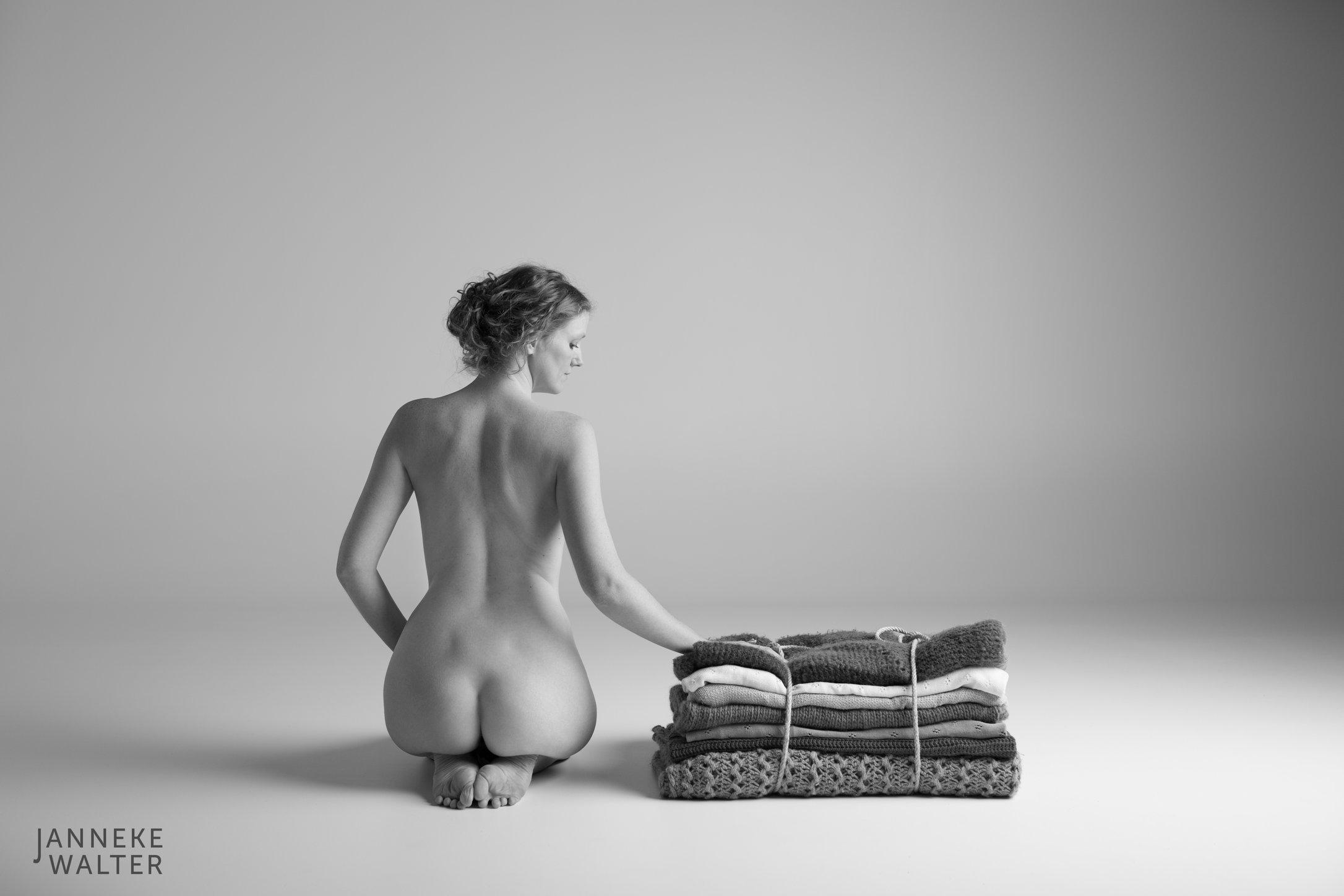 naaktfoto vrouw met dekens © Janneke Walter, fotograaf Utrecht De Bilt, esthetische naaktfotografie