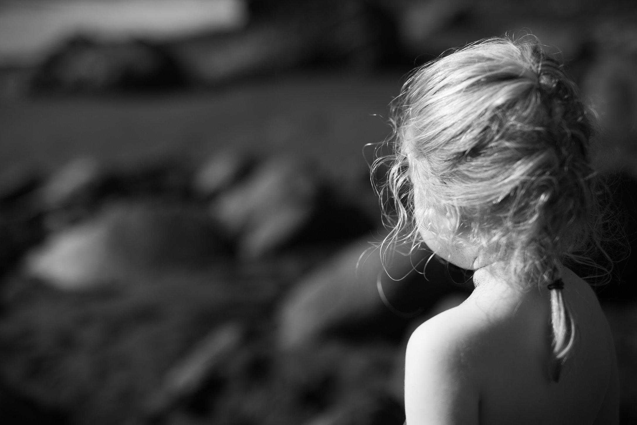 Portretfoto kind op lavastrand