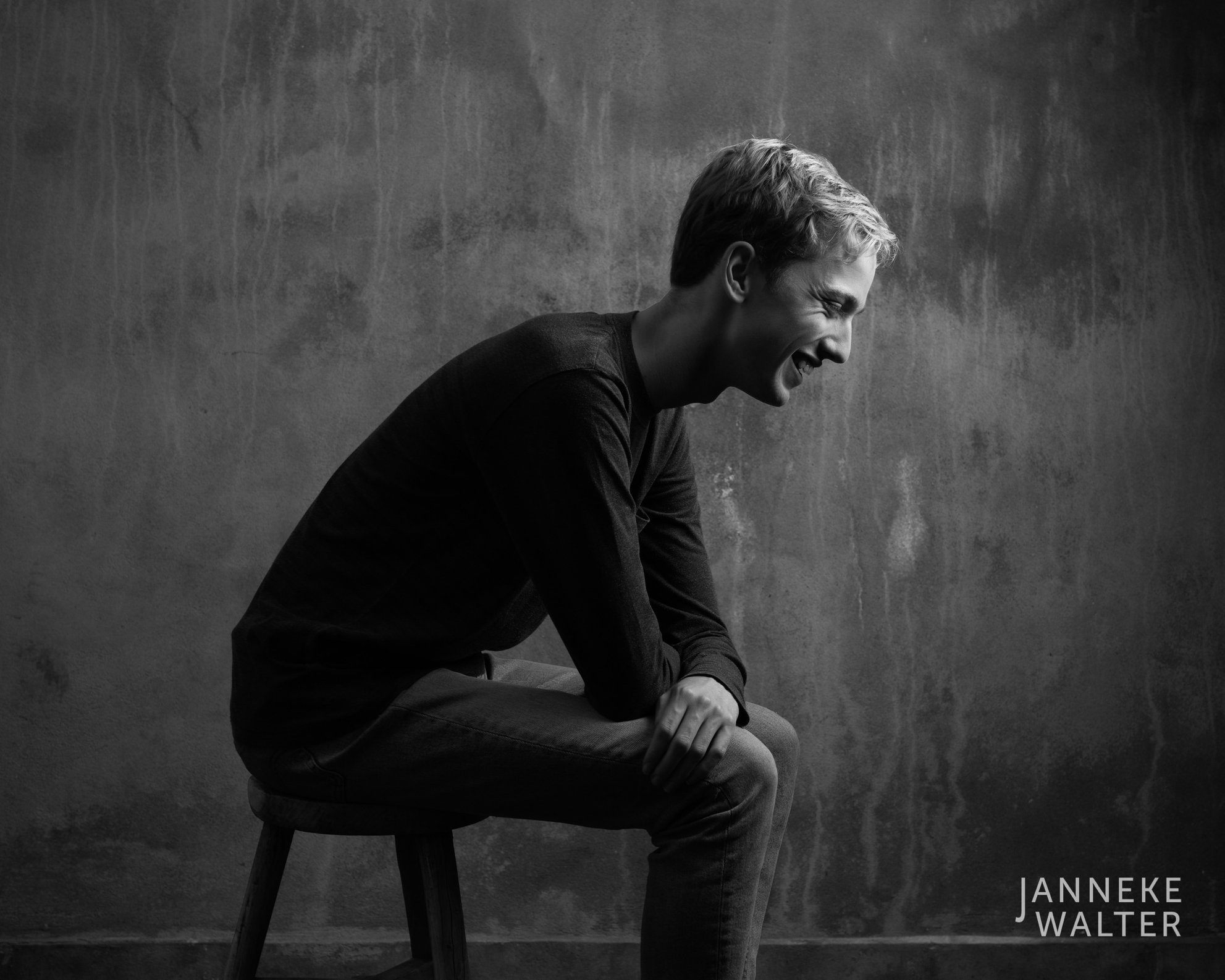 Fine art portretfoto jongen op kruk @ Janneke Walter, kinderfotograaf Utrecht De Bilt, kinderfotografie, kinderportret, fine art fotografie