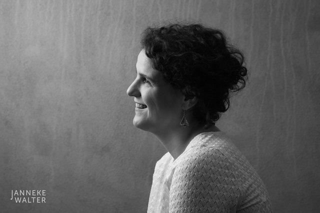 portretfoto vrouw met zwart krullend haar in profile © Janneke Walter, fotograaf Utrecht De Bilt, portretfotograaf, portret, portretfotografie