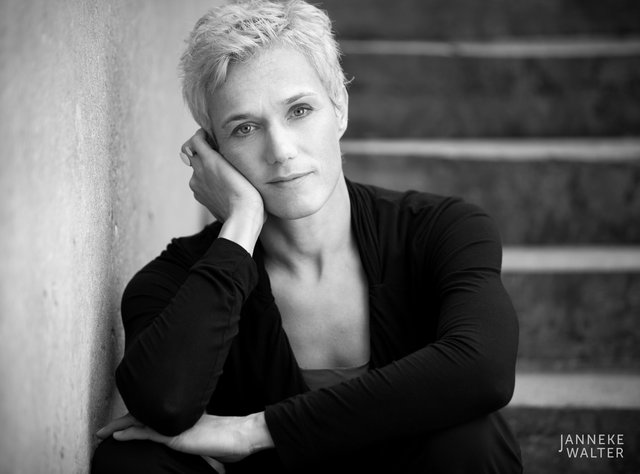 portretfoto vrouw op trap © Janneke Walter, fotograaf Utrecht De Bilt, portretfotograaf, portret, portretfotografie