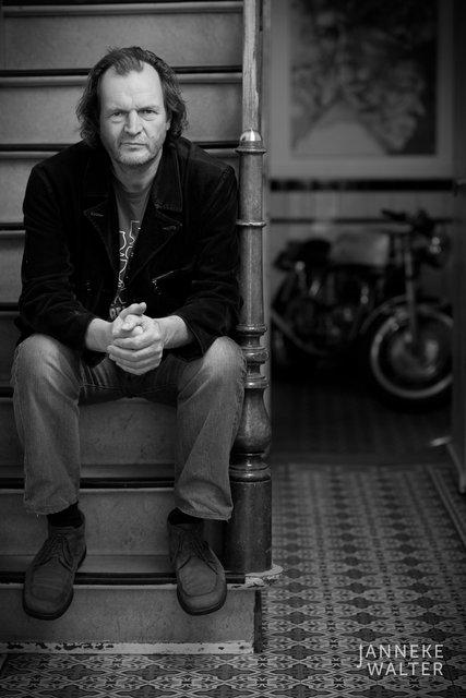 portretfoto man op trap © Janneke Walter, fotograaf Utrecht De Bilt, portretfotograaf, portret, portretfotografie