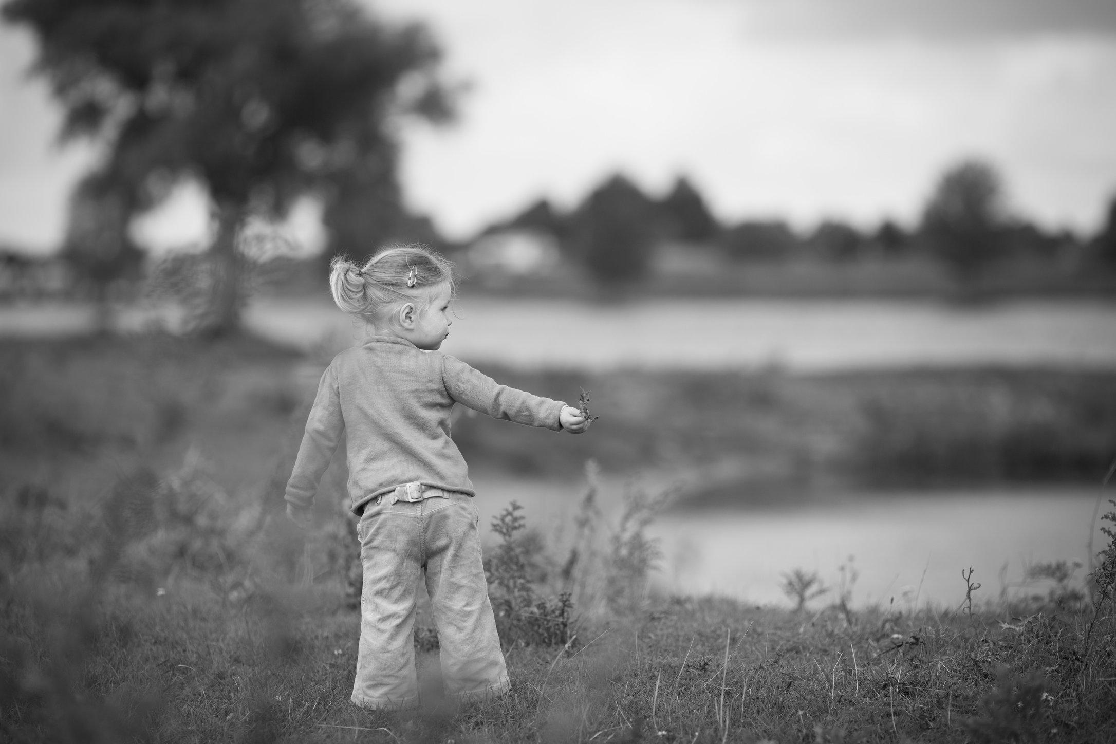 Portretfoto kind bij rivier