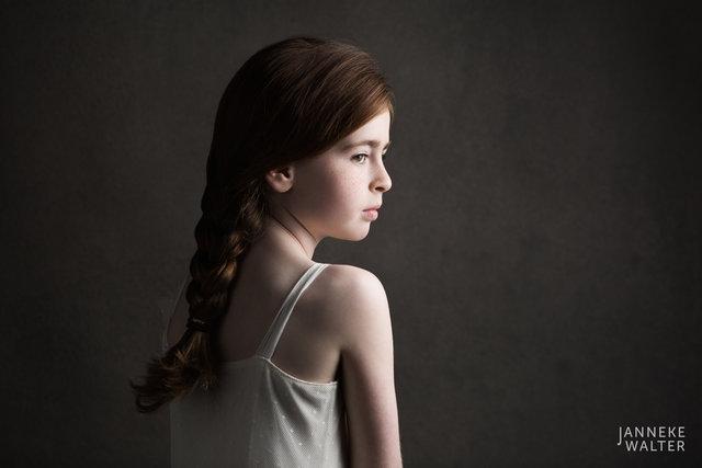 Fine art portretfoto kind met vlecht 3 @ Janneke Walter, kinderfotograaf Utrecht De Bilt, kinderfotografie, kinderportret, fine art fotografie