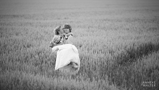 Portretfoto bruidspaar in graanveld © Janneke Walter, fotograaf Utrecht De Bilt, loveshoot, bruidsfotografie, trouwfotografie